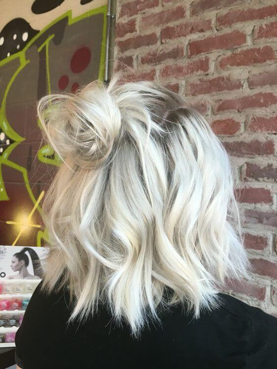 Schmutzige Platinum Blonde Grown-Out Bob [19659021] Messy Beachy Balayage Blonde Schlafende