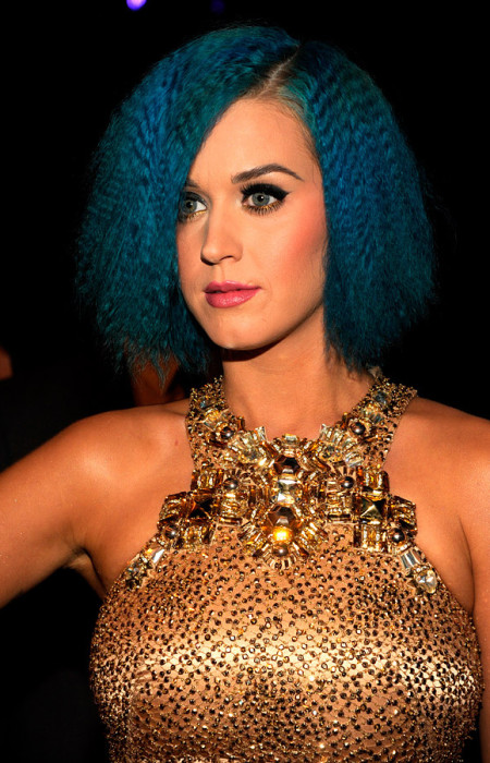 Katy Perry Crimps Frisur auf blauem Bob