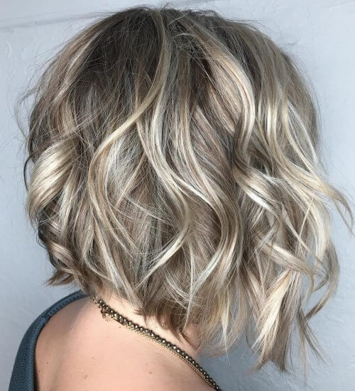 Coole Blonde Gesicht Framing Curls