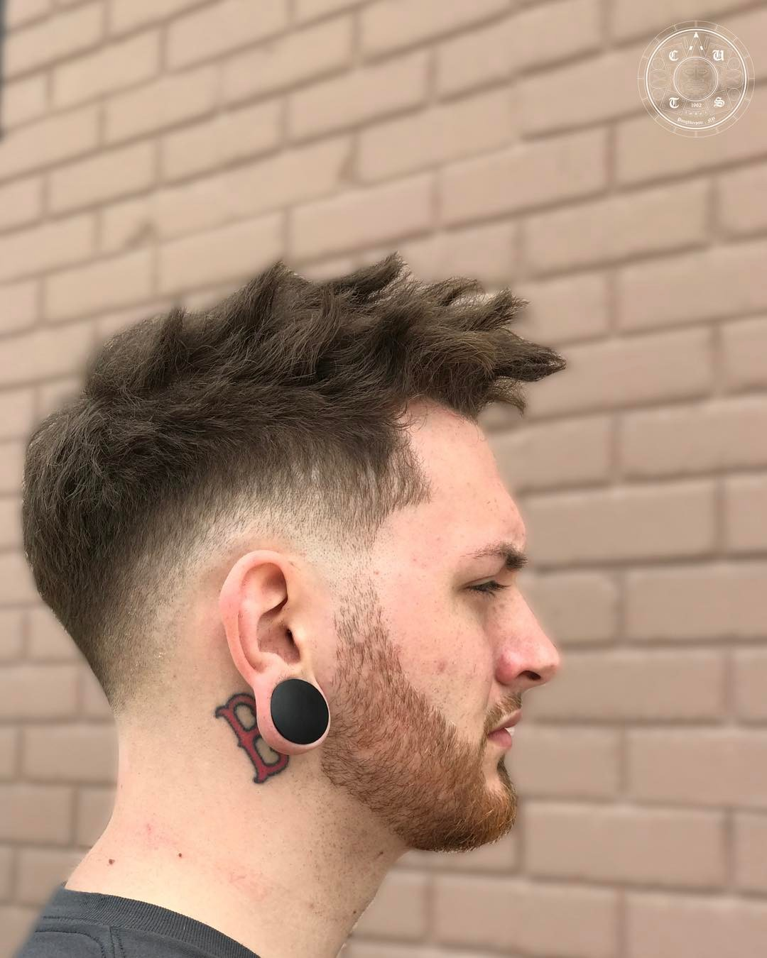 Spiky Hairstyle und Low Fade