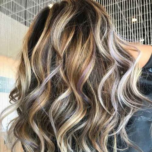 perfekte Wellen braunes Haar mit blonden Highlights